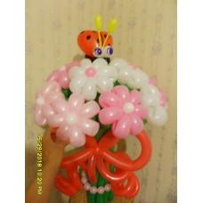 Букет бело розовых ромашек из воздушных шаров с божьей коровкой