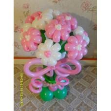 Букет бело-розовых цветов из шаров на подставке