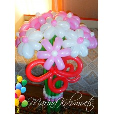 Букет ромашек с бусами из шаров