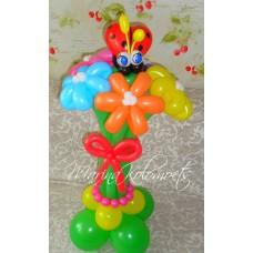 Букет ромашек из шаров и божья коровка на подставке