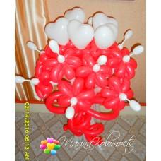 Букет красных ромашек с белыми сердцами из шаров