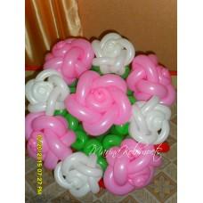 Букет бело-розовых роз из шаров