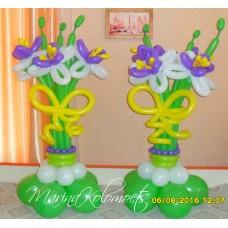 Два букета лилий на подставке из шаров