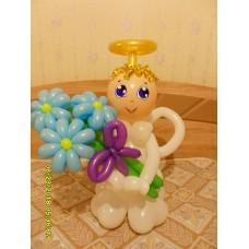 Ангелочек из шаров с букетом ромашек.