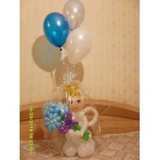 Подарок любимой ангелочек с фонтаном гелиевых шаров.
