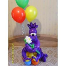 Динозавр из шаров с букетом гелиевых шариков.