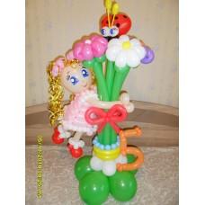 Фигура девочки из шаров с букетом ромашек