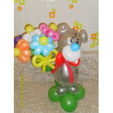 Герой мультфильма мишка Тедди с букетом ромашек