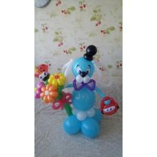 Щенок из воздушных шаров с букетом ромашек